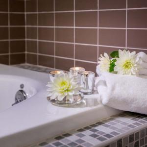 Bathtub with flowers